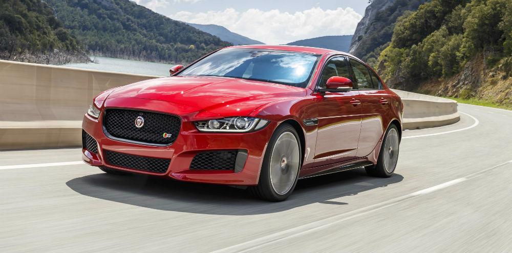 A Jaguar colocou mãos à obra e melhorou a oferta nos modelos F-Pace, XF e  XE. O principal destaque são os mais recentes motores Ingenium da Jaguar  Land ... aaf6afbeab