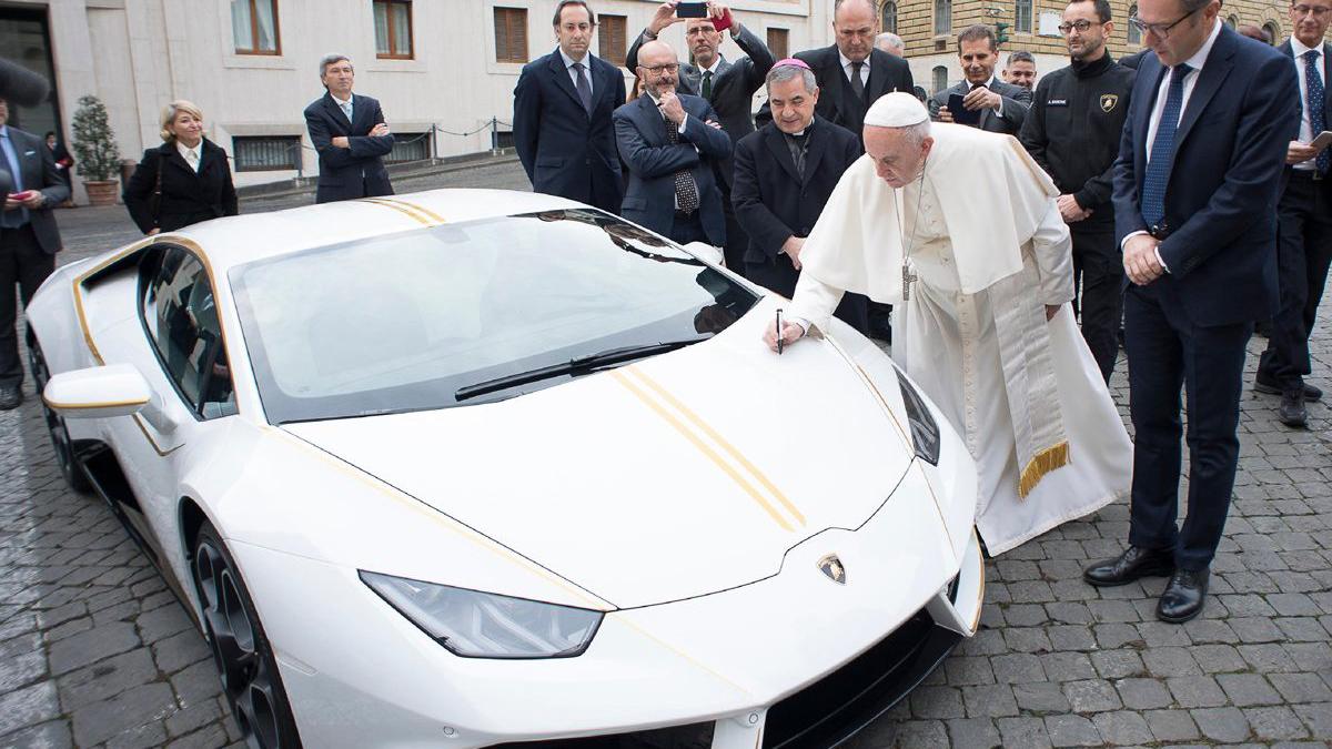 Papa Francisco recebe Lamborghini Huracán exclusivo