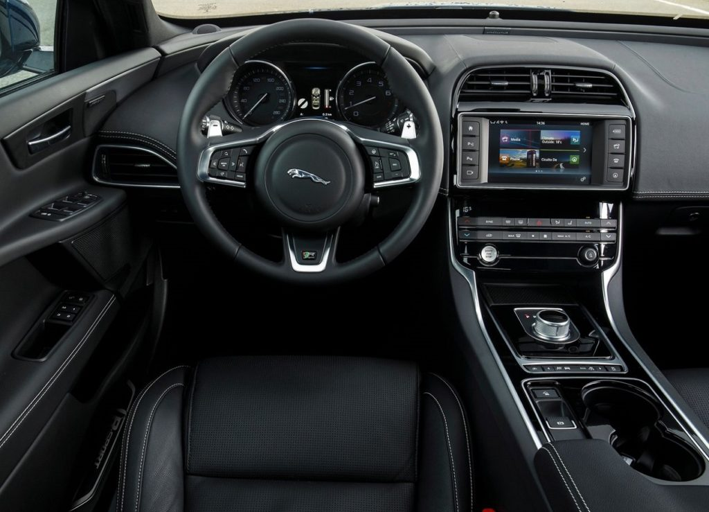 Jaguar XE 2016 (4)