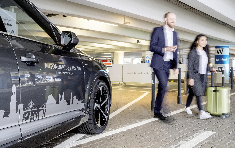 Modelos Audi e VW estacionam sozinhos em Hamburgo