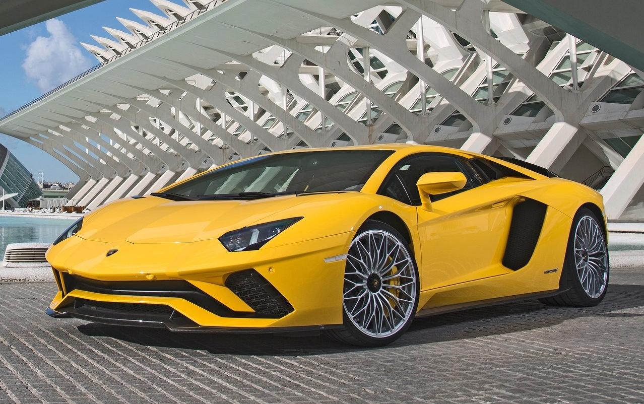 """Lamborghini """"reinventa-se"""" com motores V10 e V12 híbridos"""