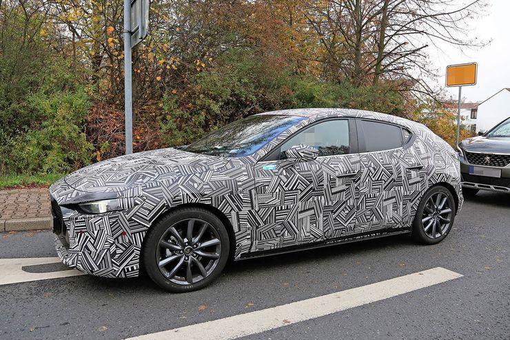 Aqui estão as fotos do Mazda 3, mas ainda camuflado!