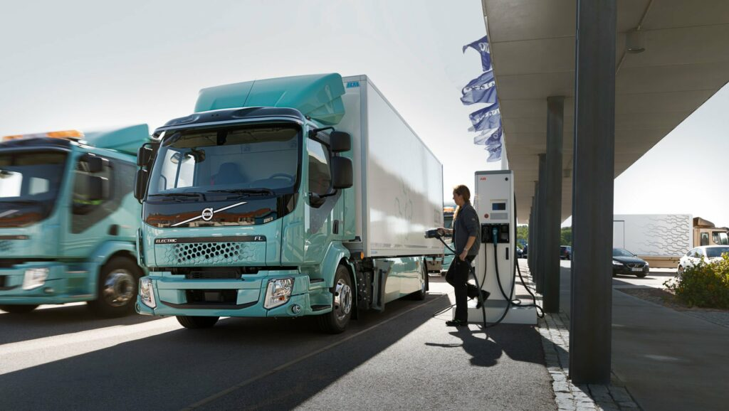 289ca0b2-volvo-first-electric-truck-deliveries-2