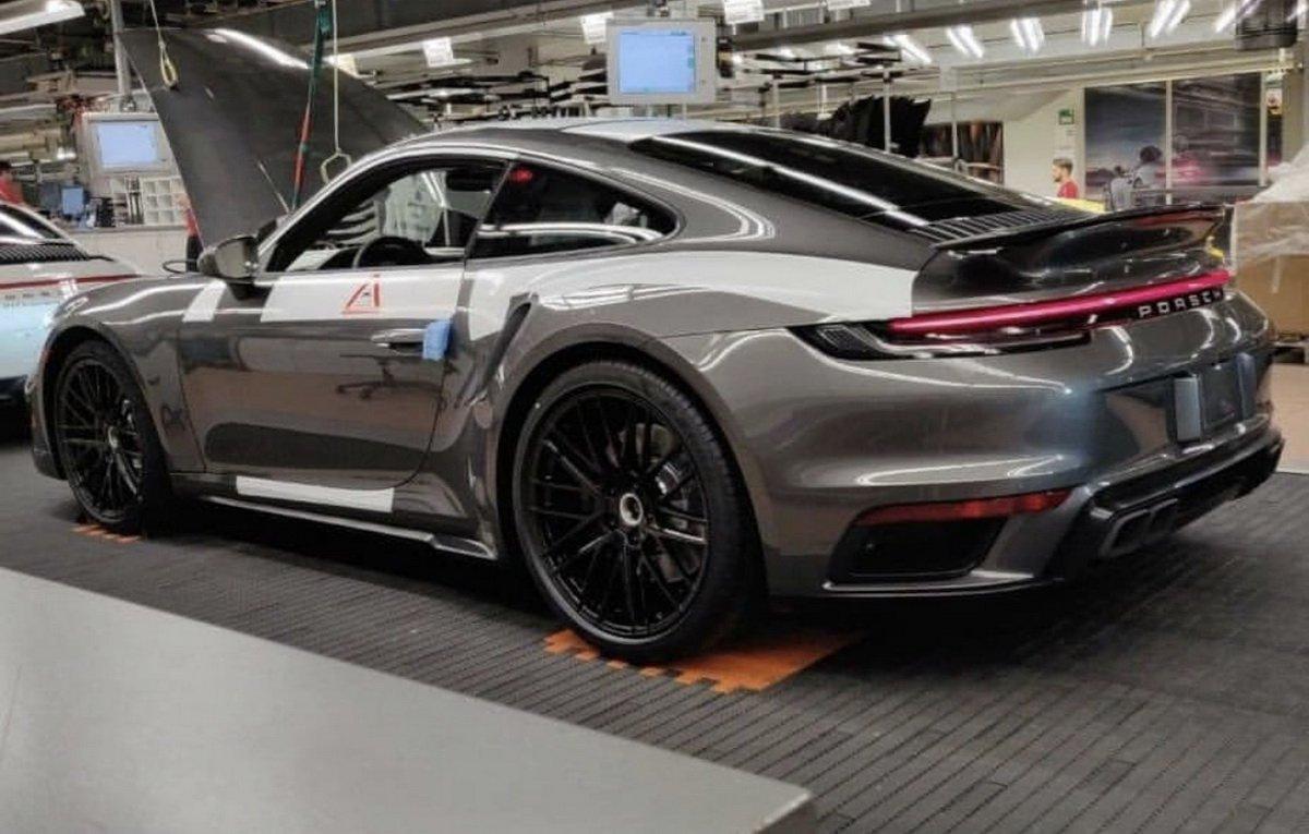 Porsche 911 Turbo será assim como mostra esta foto feita na linha de montagem