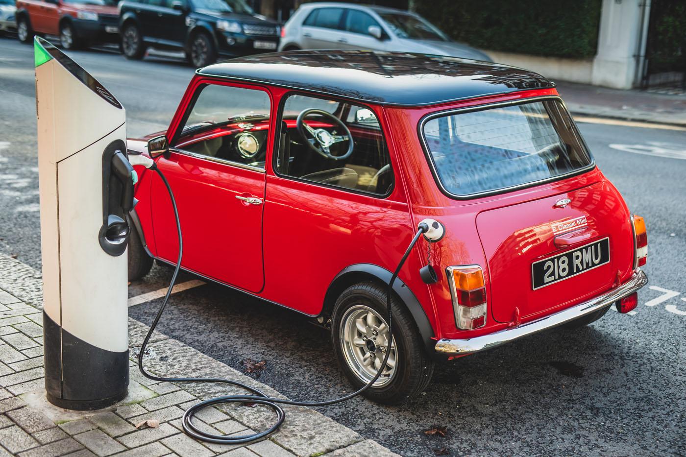 Quer um Mini clássico elétrico? Custa-lhe, apenas, 90 mil euros, com direção assistida e ar condicionado como extras!