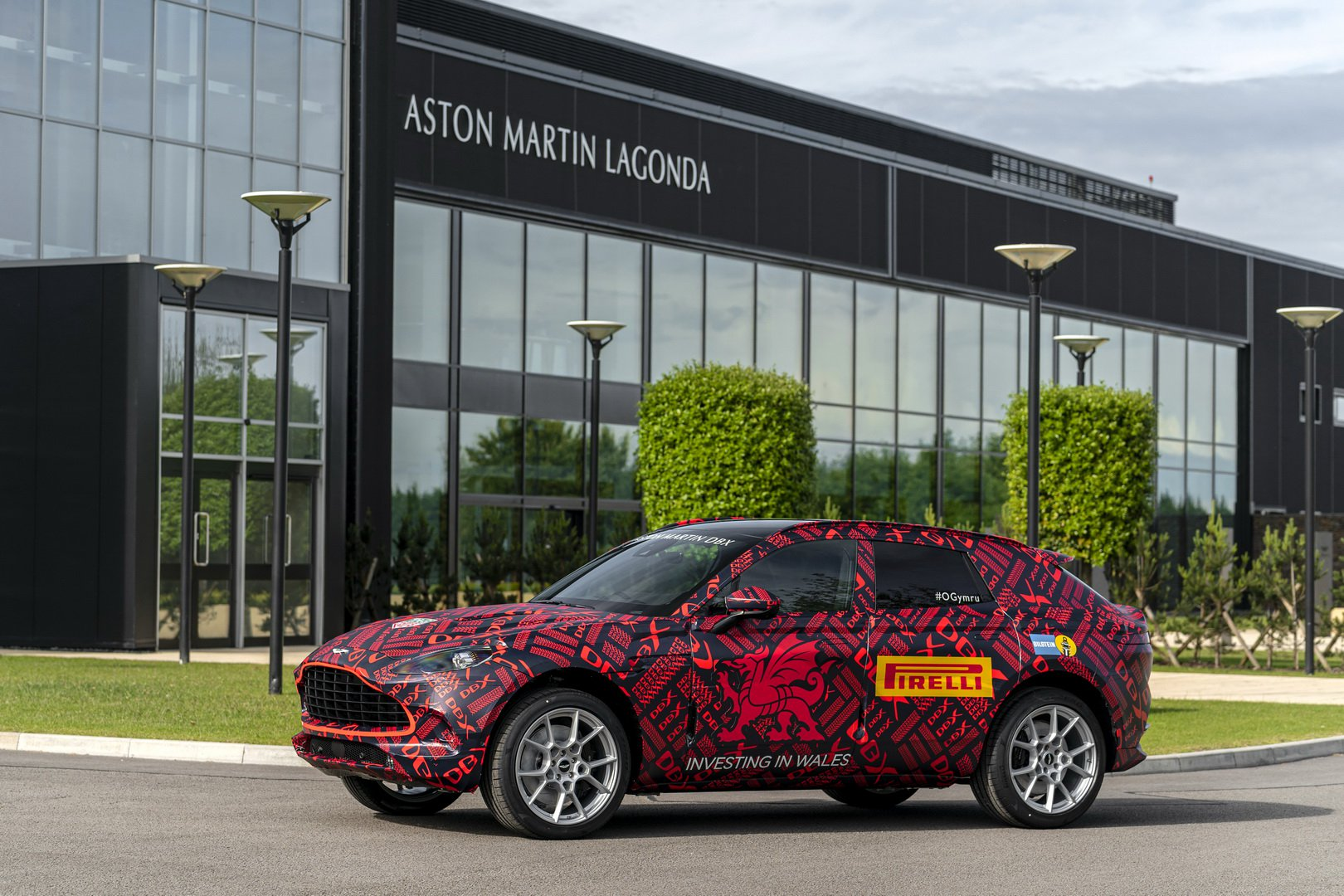 Aston Martin quer enfrentar o Porsche Cayenne Turbo e o BMW X6 M com o DBX