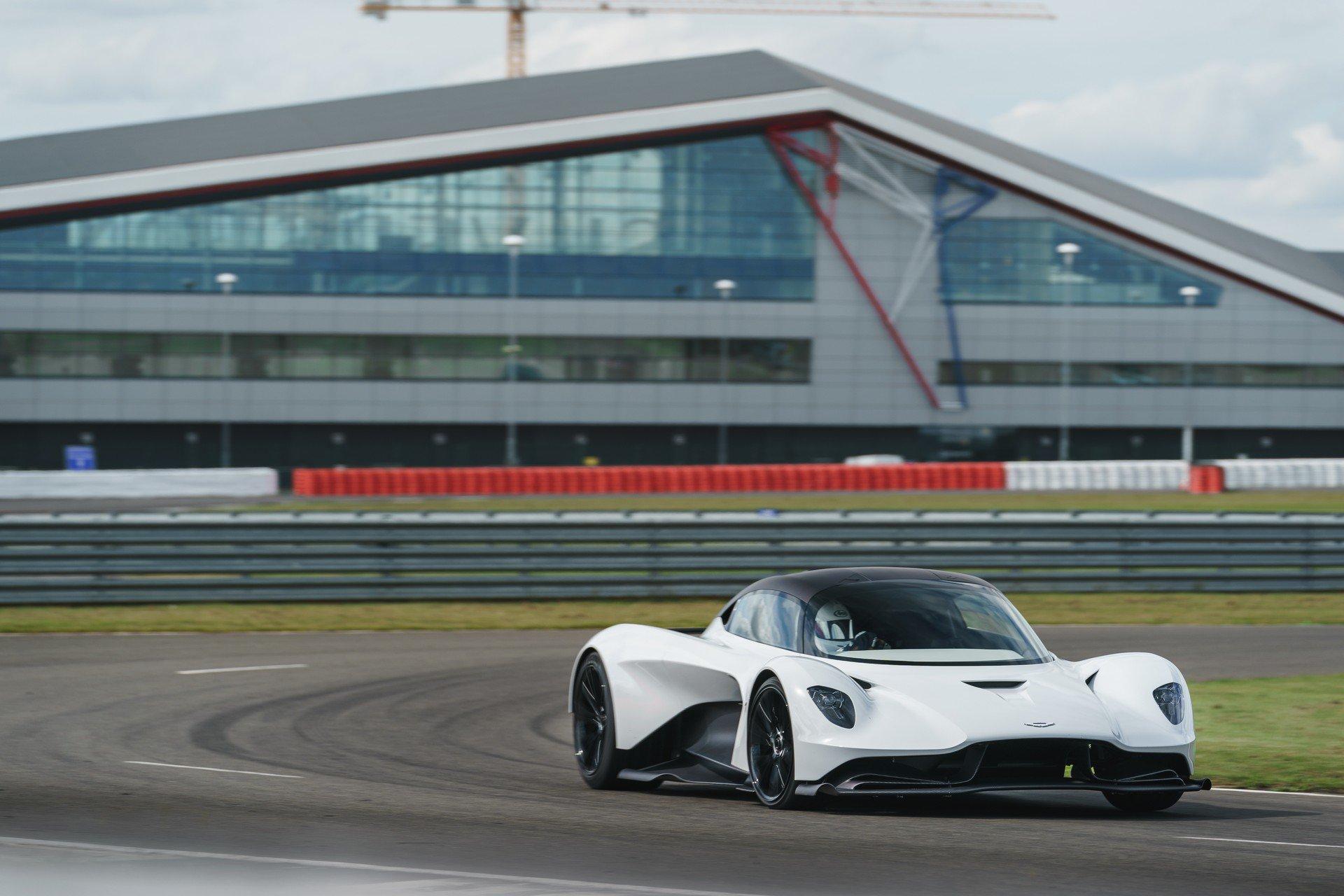 Aston Martin Valhalla aparece em pista pela primeira vez