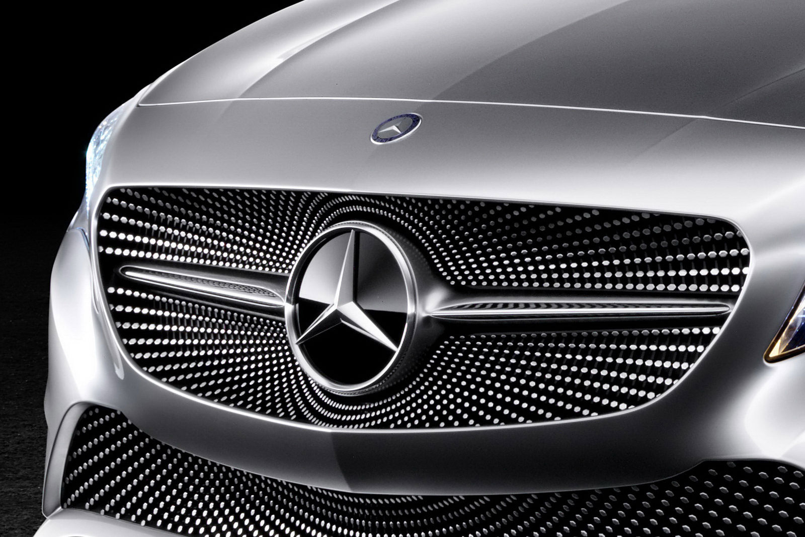 Mercedes enfrenta multa até mil milhões de euros devido a software de emissões