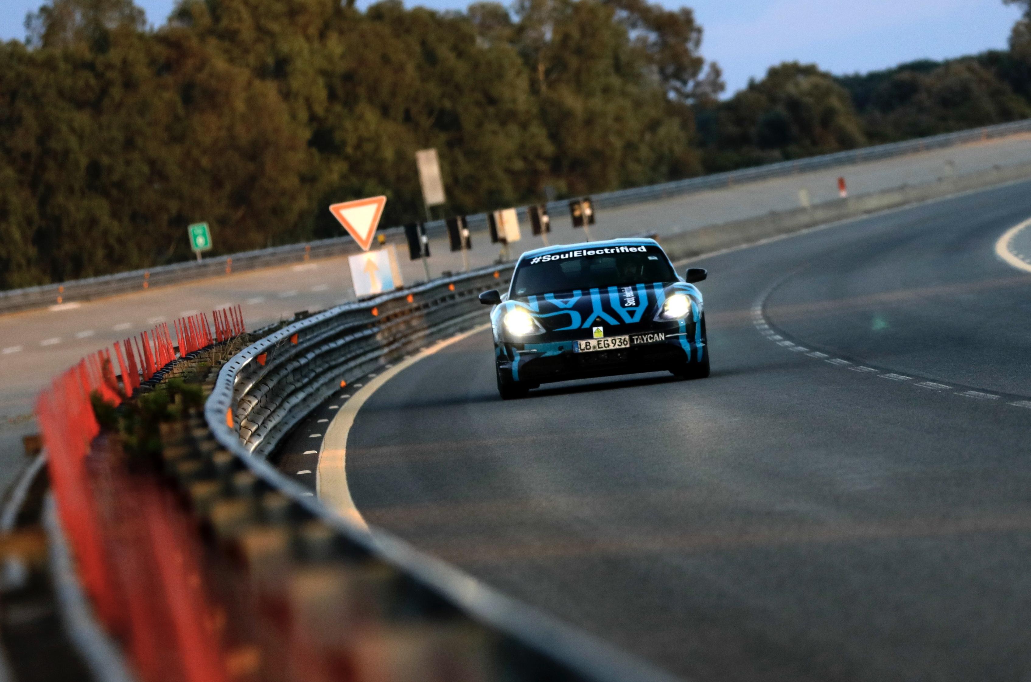 Porsche Taycan cumpre 3425 km em 24 horas antes do seu lançamento
