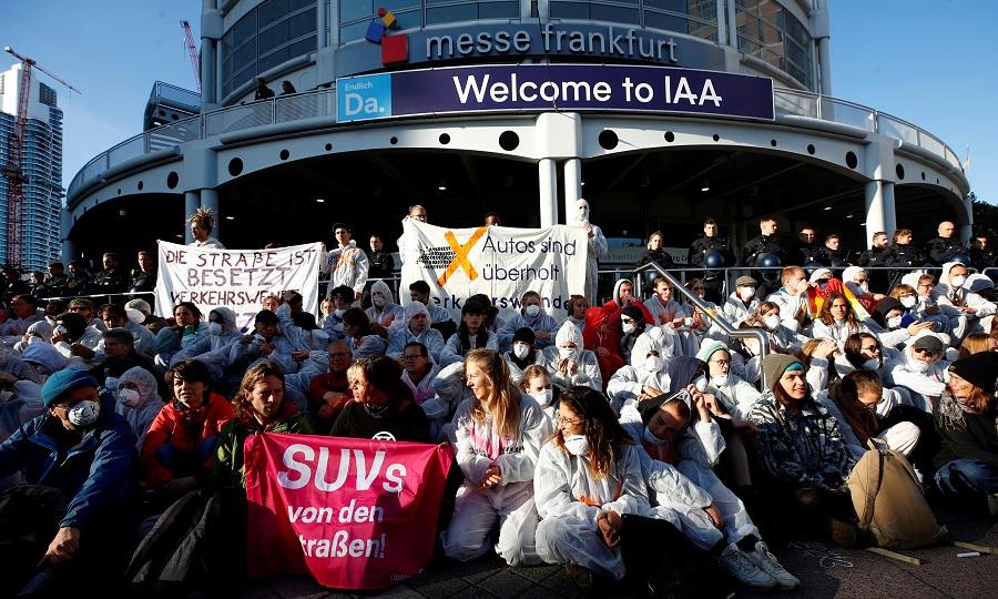 Ambientalistas protestam à porta do Salão de Frankfurt