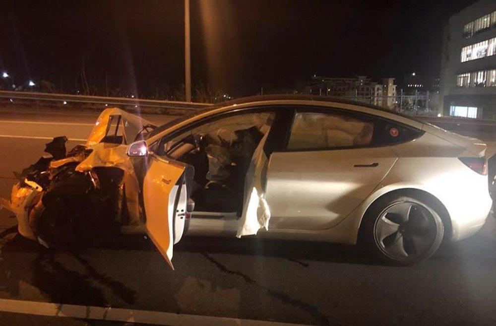 Tesla Model 3 com Autopilot ligado, acerta na traseira de um carro estacionado