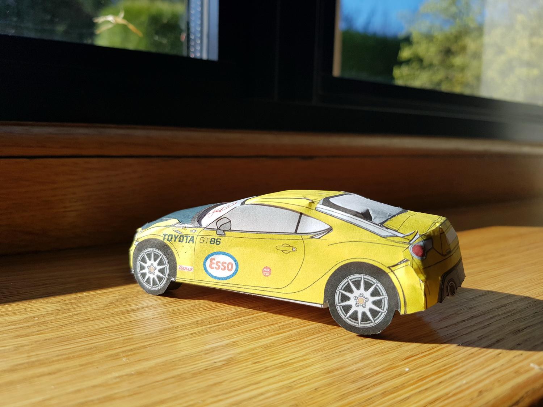 Toyota quer ajudar a passar o tempo com miniaturas do GT86 em papel